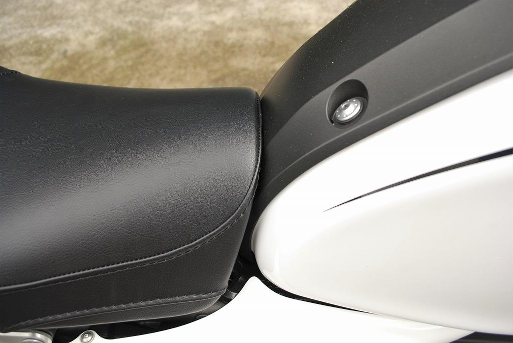 XSR900K&H製ハイシート先端とタンクカバー斜め上から