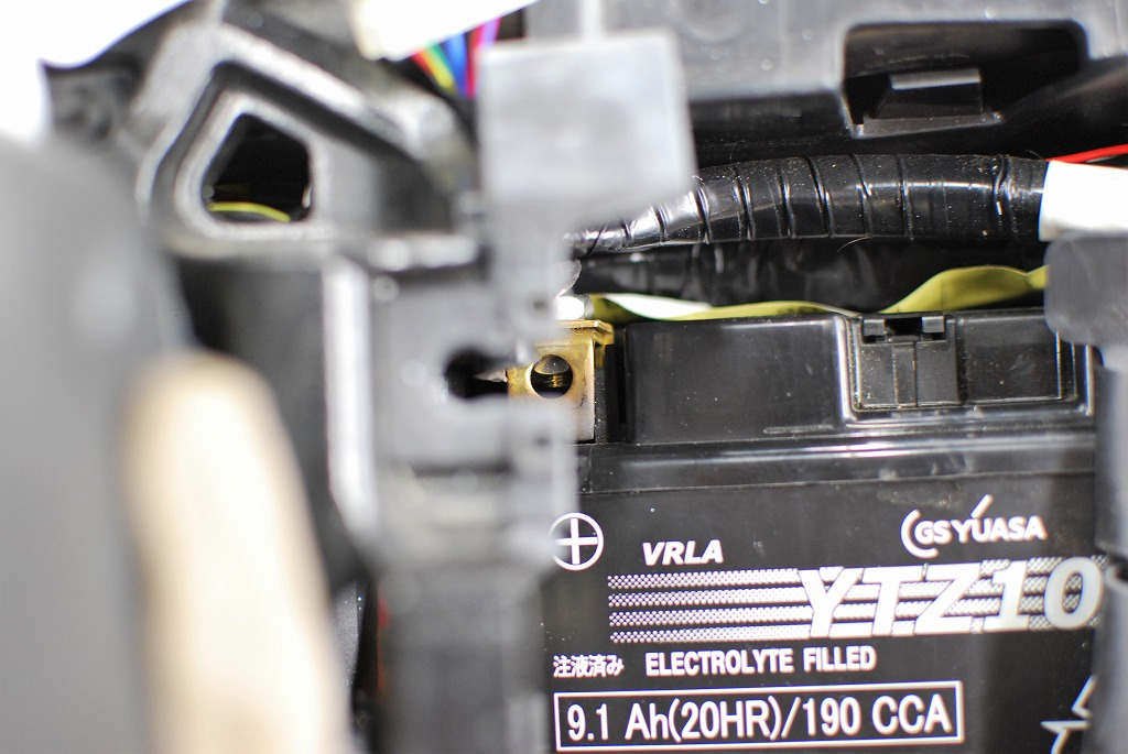 xsr900バッテリー外し方2