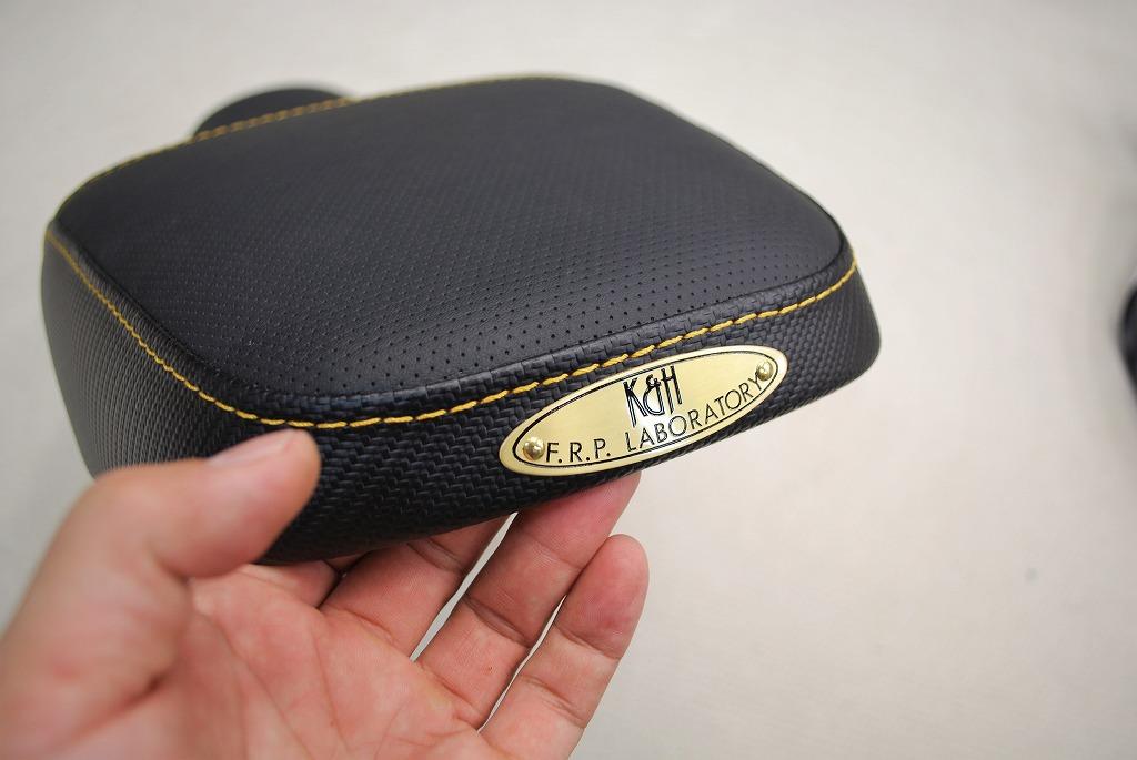 xsr900ハイシートカーボン綾織りレザーにディンプルレザーにイエローステッチとk&h楕円真鍮プレート
