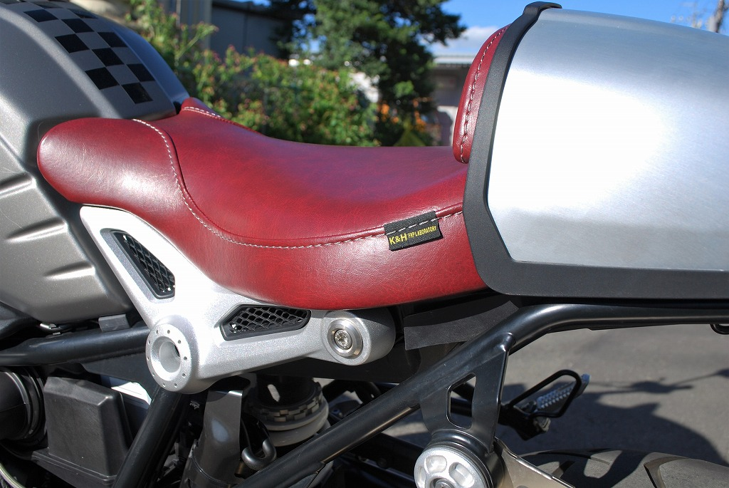K&Hフロントシートと純正ハンプカバーとパッドを赤いレザーにRnineT斜め後ろから