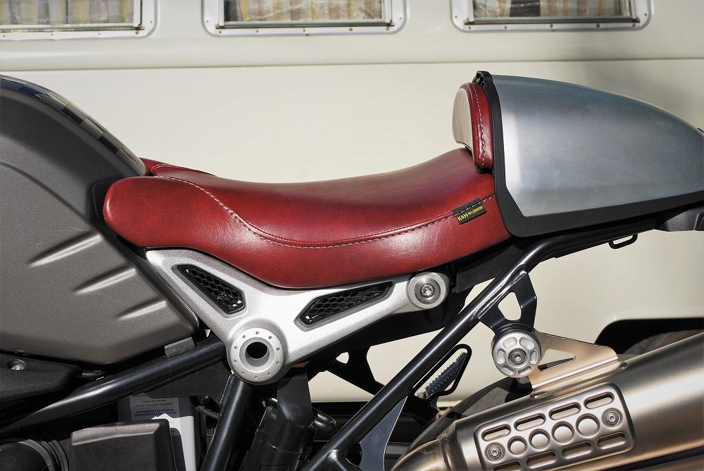 K&Hフロントシートと純正ハンプカバーとパッドを赤いレザーにRnineT真横から