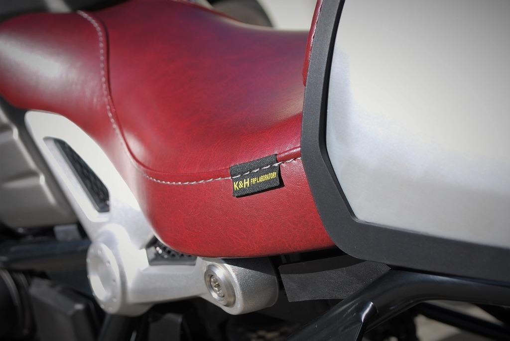 K&Hフロントシートと純正ハンプカバーとパッドを赤いレザーにRnineT斜め後ろからピスネーム