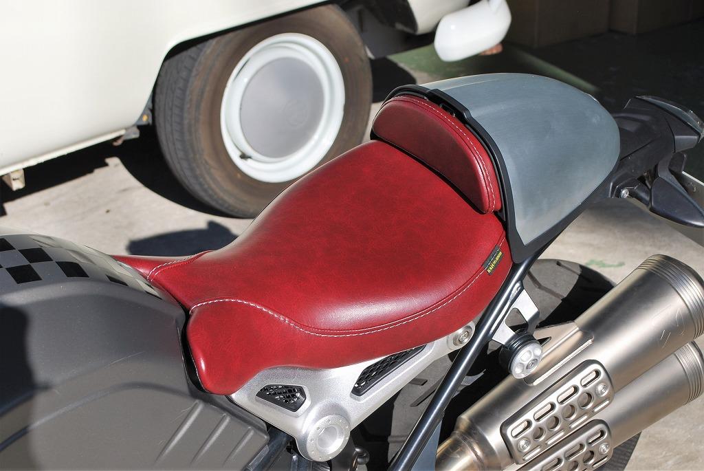 K&Hフロントシートと純正ハンプカバーとパッドを赤いレザーにRnineT斜め前から