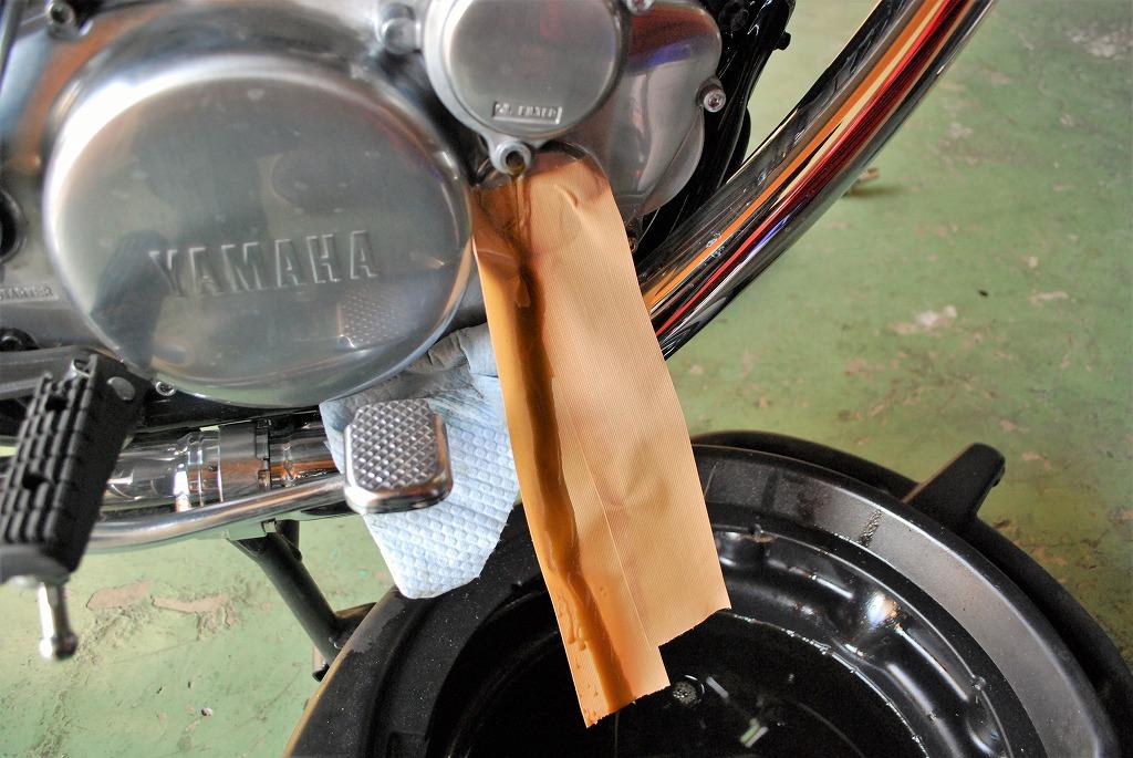 ヤマハSR400オイル交換オイルフィルタードレンボルトからオイル排出養生