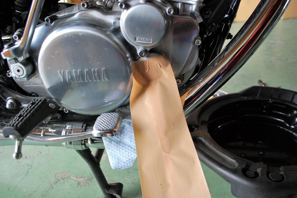 ヤマハSR400オイル交換オイルフィルター下にガムテープ