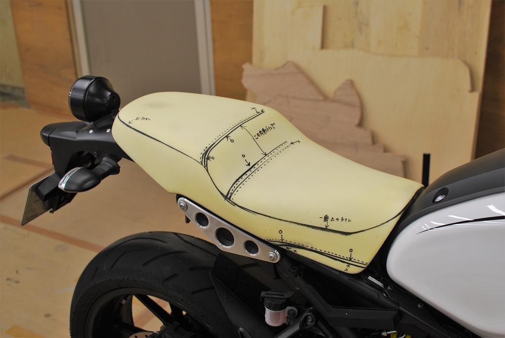 脱型後に仕上げたxsr900スポンジにステッチラインを書き入れる斜めから