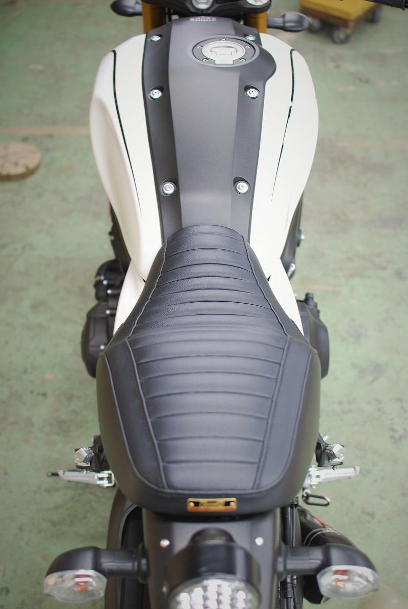 xsr900ローシートのタックロール試作レザー真後ろから