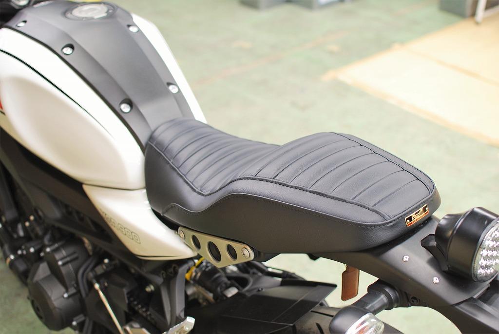 xsr900ローシートのタックロール試作レザー左斜め後ろから