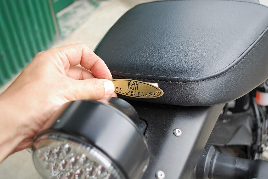 xsr900ハイシートK&H真鍮製ロゴのプレートの