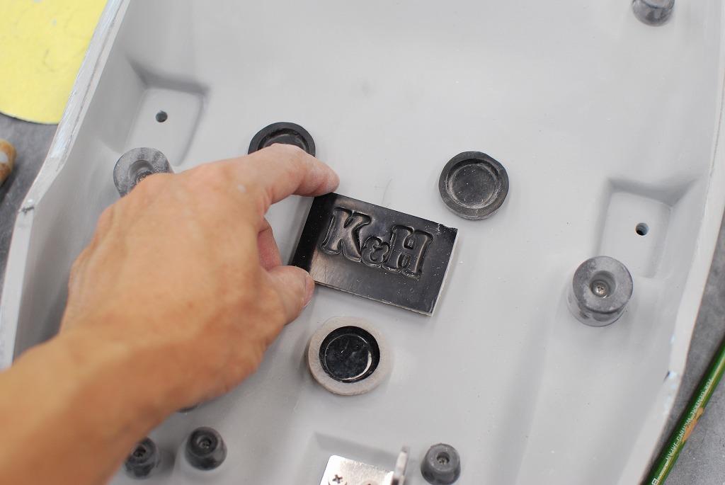 XSR900シートベース側ロゴ埋め込み作業