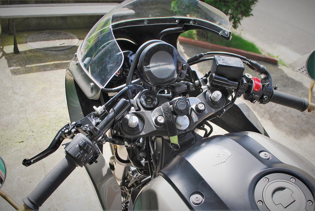 ファニーズXSR900センターマウントのパイプメーターステー